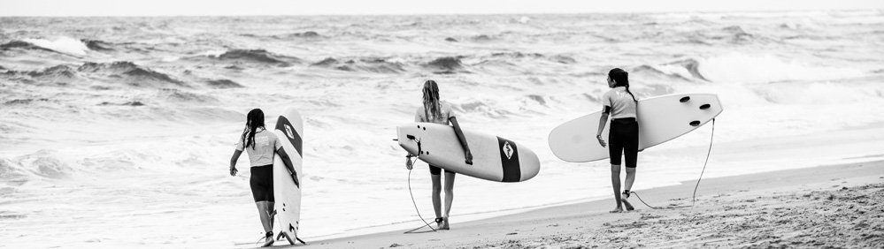 Quiver de planches de surf chez Natural Surf Lodge